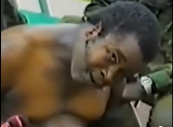 Kilkugodzinne tortury jakim został poddane Samuel Doe zostały uwiecznione na taśmie filmowej. Na zdjęciu okaleczony dyktator jest wypytywany o numer szwajcarskiego konta.