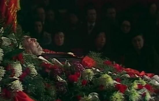 Mimo że Breżniew wykazywał jeszcze oznaki życie Andropow już zwoływał nadzwyczajne posiedzenie plenarne KC, które wybrało go nowym gensekiem (źródło: wikimedia commons, domena publiczna).