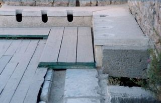 Rzymskie toalety w Efezie (źródło: wikimedia commons, domena publiczna)