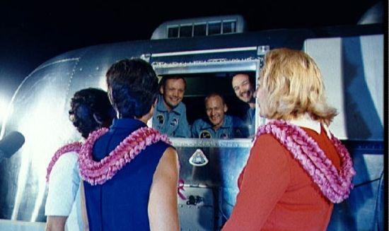 Oprócz różnych innych minusów istnieje zawsze ryzyko, że mąż astronauta przywlecze z kosmosu jakieś paskudztwo. Trzeba się liczyć z kwarantanną. Na zdjęciu załoga, która pierwsza dotarła na Księżyc właśnie w trakcie kwarantanny.