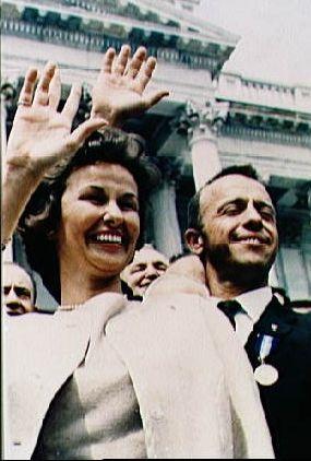 Louise i Alan Shepard machają do tłumu po spotkaniu z JFK. W dniu ogłoszenia pierwszej siódemki astronautów, skończyło się zwyczajne życie Louise.