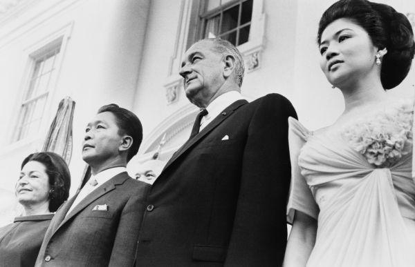 U szczytu kariery. Ferdinand Marcos w towarzystwie amerykańskiego prezydenta Lyndona B. Johnsona.