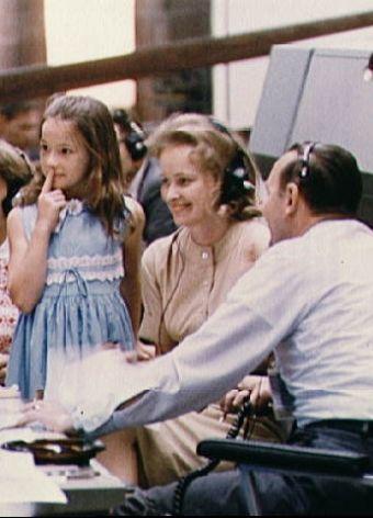 Żona astronauty, Patricia White z córeczką i Christopherem Kraftem z NASA, w centrum kontroli lotów.