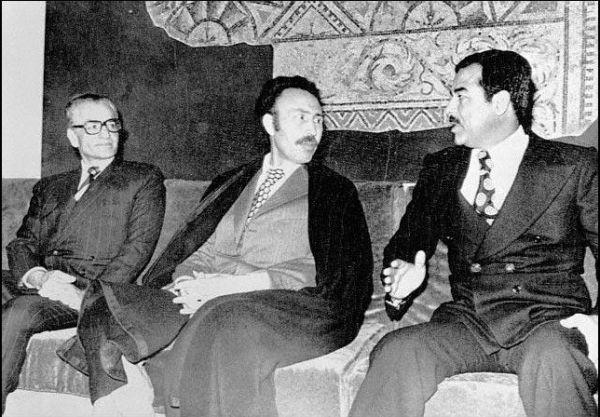 Spotkanie tyranów. W środku Bumedien, po bokach Mohammad Reza Pahlawi i Saddam Husajn.