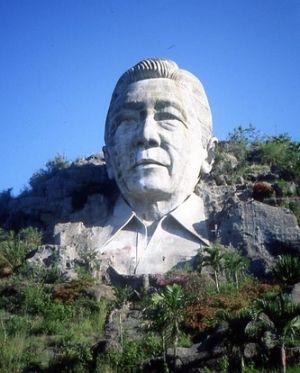 Wieczny prezydent. Wykuta w skale podobizna Marcosa nieopodal miasta Baguio na Filipinach. Dzisiaj już nie istnieje (fot. Angust; lic. CC ASA 3,0).