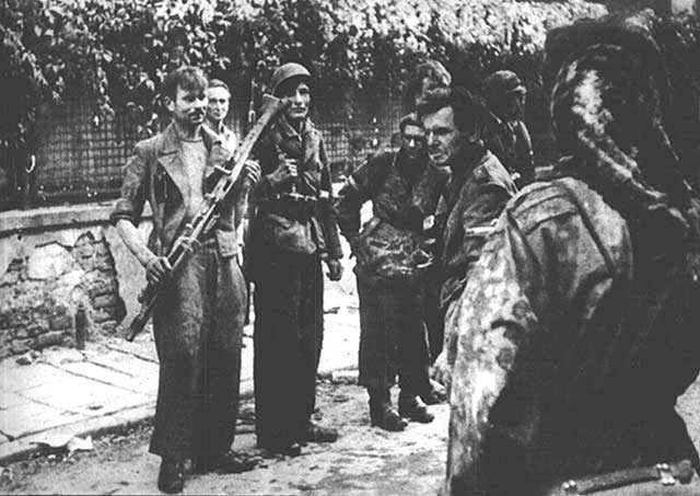 """Żołnierze Batalionu """"Czata 49"""" po kilku godzinnym przejściu kanałami z placu Krasińskich do ulicy Wareckiej na Śródmieście, nad ranem 2 września 1944. r"""