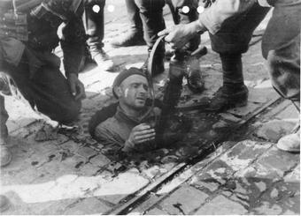 Kanały podczas powstania warszawskiego były przeważnie ostatnKanały podczas powstania warszawskiego były przeważnie ostatnią drogą ucieczki. Jednak przynajmniej raz posłużyły do ataku na Niemców. Na zdjęciu poddający się Niemcom powstaniec (źródło: Bundesarchiv; lic. CC-BY-SA 3.0).ią drogą ucieczki. Jednak przynajmniej raz posłużyły do ataku na Niemców. Na zdjęciu poddający się Niemcom powstaniec (źródło: Bundesarchiv; lic. CC-BY-SA 3.0)