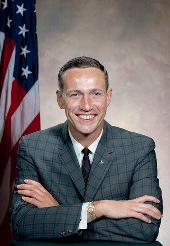 Uśmiechnięty od ucha do ucha Donn Eisele. Może i był dobrym pilotem i astronautą, ale mąż i ojciec był z niego naprawdę marny.