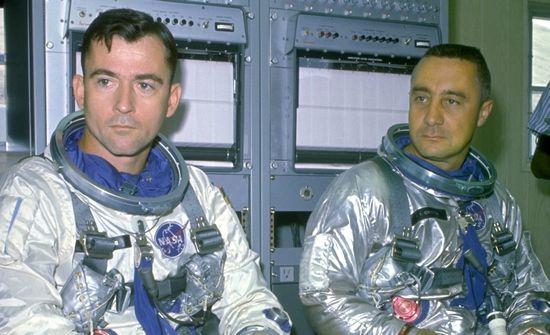 John Young (od lewej) i Gus Grissom to też niezłe ziółka. Dla potrzeb swoich miłosnych podbojów wynajęli oddzielne mieszkania, ale żonom mówili, że mieszkają razem.