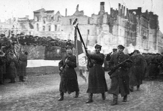 Mimo komunistycznej propagandy w początkowym okresie istnienia Ludowe Wojsko Polskie miało ogromne problemy z dezercją. Dochodziło do tego, że dezerterowały całe oddziały.