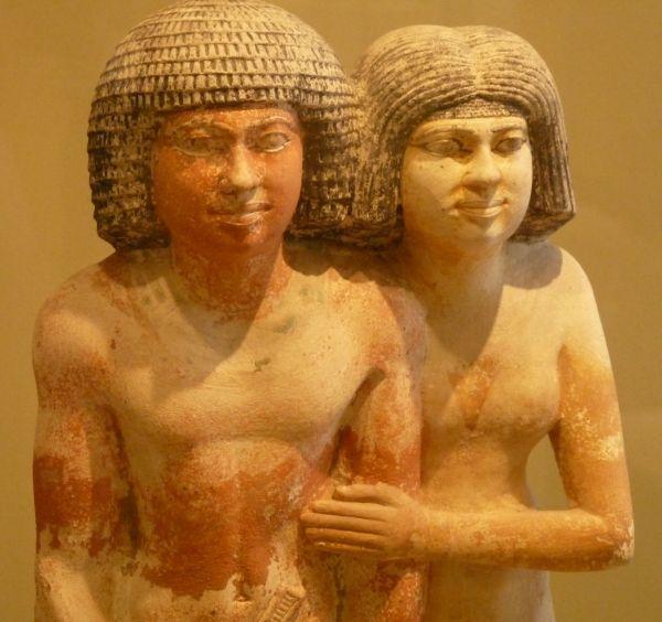Naga, uśmiechnięta i nie odstępująca mężczyzn ani na krok... Egipska kobieta (fot. Kamil Janicki, wykonana w Muzeum Luwru).