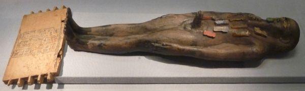 Balsamiści zwracali szczególną uwagę na wyeksponowanie pewnych organów... Na zdjęciu figurka mumii z Kunsthistorisches Museum w Wiedniu (fot. Kamil Janicki; prawa zastrzeżone).
