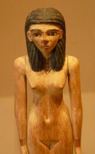 Starożytne Egipcjanki nie bały się nagości. Na zdjęciu statuetka sprzed około 4000 lat odkopana w Asjut i wystawiona w Luwrze (fot. Kamil Janicki).