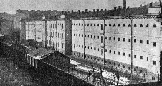 Więzienie na Pawiaku podczas niemieckiej okupacji budziło grozę u każdego warszawiaka. Przez jego mury przewinęło się ponad 90 tys. osób. Połowa z nich zginęła zakatowana na miejscu, stracona w publicznych egzekucjach lub zamordowana w obozach koncentracyjnych.