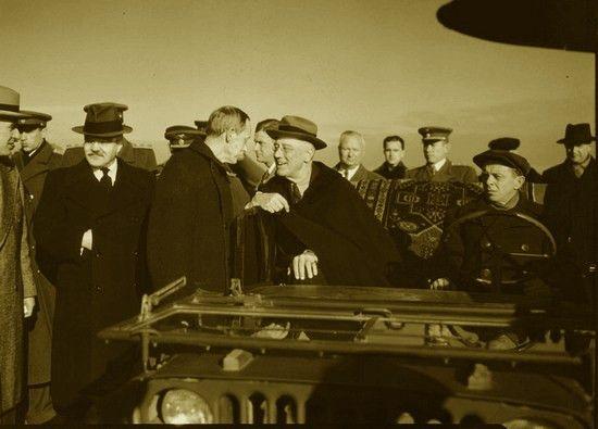 Aby samochody z szacownymi gośćmi mogły dotrzeć to Jałty czerwonoarmiści wydeptali cały ponad 130-kilometrowy szlak z lotniska w Saki. Na zdjęciu prezydent Roosevelt za chwilę ruszy z lotniska Jałty.