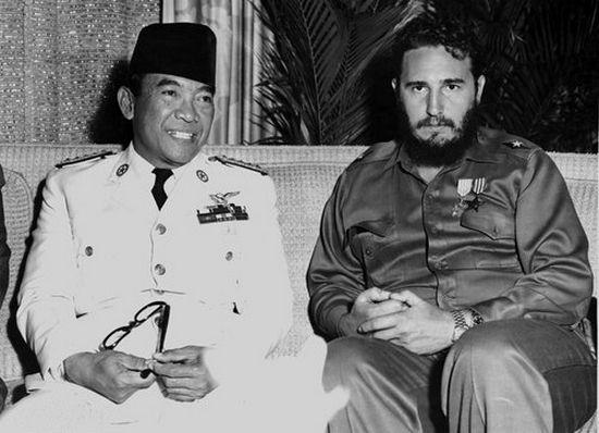 Ahmed Sukarno na wspólnym zdjęciu z Fidelem Castro (1960). Indonezyjski prezydent - podobnie jak kubański dyktator - z czasem coraz bardziej skłaniał się ku komunizmowi, co ostatecznie doprowadziło go do upadku. Jednak, to rządy jego następcy przyniosły setki tysięcy, a być może nawet miliony ofiar.