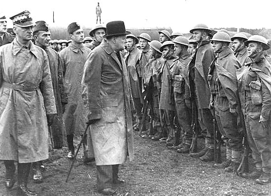 Winston Churchill wizytuje polskie oddziały stacjonujące w Anglii (1943 r.). Dwa lata później brytyjski premier bardzo liczył, że Polacy pomogą mu w planowanej wojnie ze Związkiem Radzieckim.