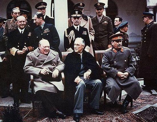 Wielka Trójka w otoczeniu towarzyszących im członków delegacji. Churchill na tym zdjęciu nie wygląda zbyt dobrze, czyżby to przez pluskwy, które go tak dotkliwie pogryzły?