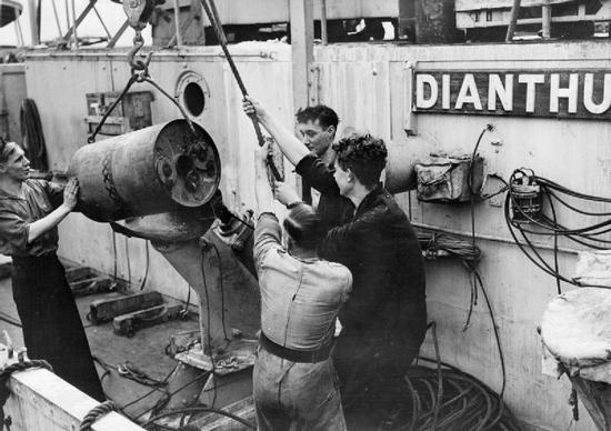 """Załadunek bomb głębinowych na pokład korwety HMS """"Dianthus"""". To właśnie ładunki tego typu niemal posłały na dno ORP """"Jastrząb""""."""