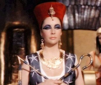 """Niezwykła egipska władczyni, której sława stała się nieśmiertelna. Po prostu Kleopatra VII (na zdjęciu kadr z filmu """"Kleopatra"""" z 1963 r., z niezapomnianą kreacją Elizabeth Taylor)."""