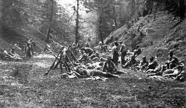 Każde miejsce na odpoczynek jest dobre. Strzelcy na biwaku w lesie.