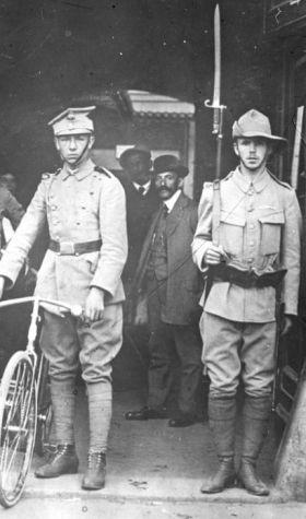 Czy się stoi, czy się leży, dryl wojskowy się należy! Warta strzelecka przed biurem werbunkowym Legionów Polskich w Krakowie (1914).