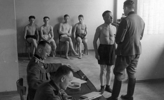 Badanie lekarskie folksdojczów-ochotników do wojska. Ciekawe ilu z nich faktycznie było ochotnikami, a ilu wysłała na front Armia Krajowa?