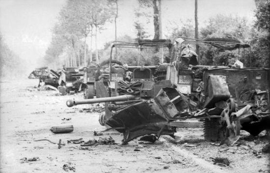 A oto efekty ataku Michaela Wittmanna z 13 czerwca 1944 r. na 4. Pułk Pancerny County of London Yeomanry. Wittmann mógł dokonać takich zniszczeń tylko dlatego, że brytyjskie czołgi nie były w stanie mu nic zrobić. (źródło: Bundesarchiv; fot. Arthur Grimm; lic.  CC-BY-SA).