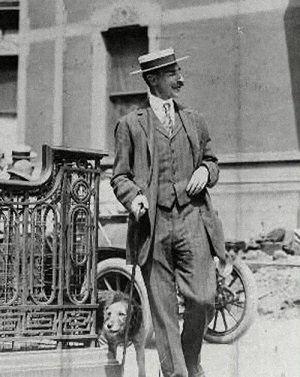 John Jacob Astor ze swoim psem, terierem Airedale. Oboje podróżowali na pokładzie Titanica.