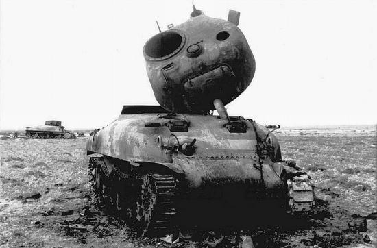Wbrew obiegowej opinii, krążącej wśród piechurów, przyczyną częstych eksplozji Shermanów po bezpośrednim trafieniu wcale nie był benzynowy silnik lecz składowana w wieży amunicja.