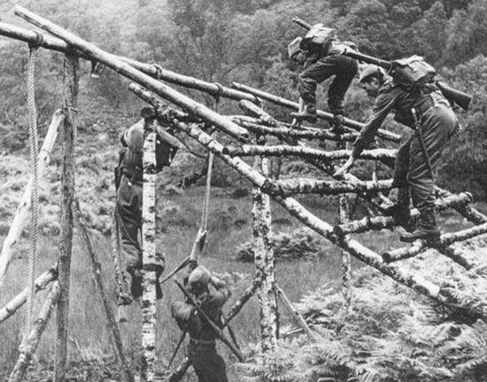 Tening jednostek Commando był naprawdę morderczy. Żołnierze ćwiczyli wszystko to co mogło im się przydać później podczas wykonywania niebezpiecznych misji za liniami wroga. Jak się okazało taka zaprawa była nieoceniona również w barowych bójkach.