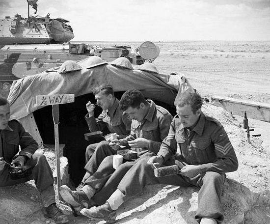Załoga Crusadera je śniadanie obok swojego czołgu. Obiad ugotują sobie pewnie kładąc puszki z jedzeniem koło rury wydechowej. Afryka Północna 1942.