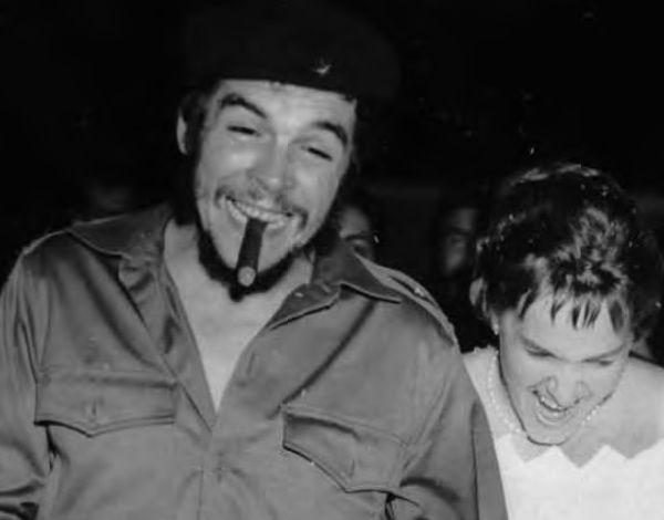 """Jakimś cudem Che udało się zdobyć i zaobrączkować dziewczynę. Jakim cudem? Biorąc pod uwagę jego umiejętności Don Juana, ciężko stwierdzić. Wesele Aleidy i Che (zdjęcie udostępnione przez wydawnictwo SQN, pochodzi z książki """"Mój Che"""")."""