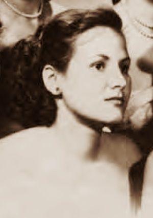 """Che Guevara ewidentnie miał problem z pogodzeniem się, że ta śliczna dziewczyna zamiast pracować jako pielęgniarka, czy sekretarka, chce walczyć z bronią w ręku na pierwszej linii (zdjęcie z wręczenia dyplomów, udostępnione przez wydawnictwo SQN, pochodzi z książki """"Mój Che"""")."""
