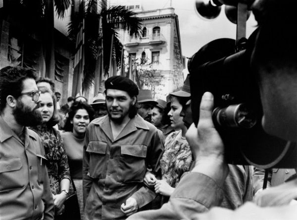 Ernesto Che Guevara, choć przystojny, był absolutnie beznadziejnym podrywaczem. Aż dziw, że mu się udało! (Che na ulicach Hawany).