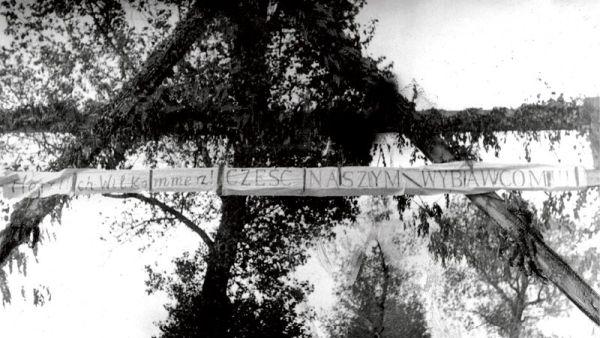 Cześć naszym wybawcom! Transparent na cześć Wehrmachtu gdzieś na Kresach Wschodnich. Dokładne miejsce i czas wykonania nie są znane. Być może to tylko nazistowski chwyt propagandowy...