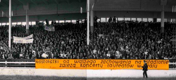 Władze nie mogły sobie poradzić z entuzjazmem młodzieży. Banerowe ostrzeżenie dla uczestników Finału Wiosennego Festiwalu Muzyki Nastolatków w Gdańsku (1966).