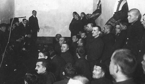 W 1939 r. polskie podziemie doprowadziło do zwolnienia z więzień wielu przestępców. Obiecano im, że po wojnie ich wyroki zostaną skrócone jeżeli będą okradać i mordować Niemców.