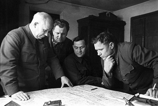 Wielu radzieckich generałów uważało, że najlepszym sposobem na utrzymanie dyscypliny było bicie podwładnych. Wśród nich był również gen. Andrzej Jeremienko. Na zdjęciu pierwszy z prawej w trakcie narady w czasie walk o Stalingrad (źródło: RIA Novosti archive; lic. CC-BY-SA 3.0).