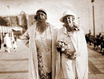 Była prostytutka Kitty Schmidt (naprawdę nazywała się Katharinę Zammit) wraz z córką. To właśnie ona prowadziła ekskluzywny burdel SS.