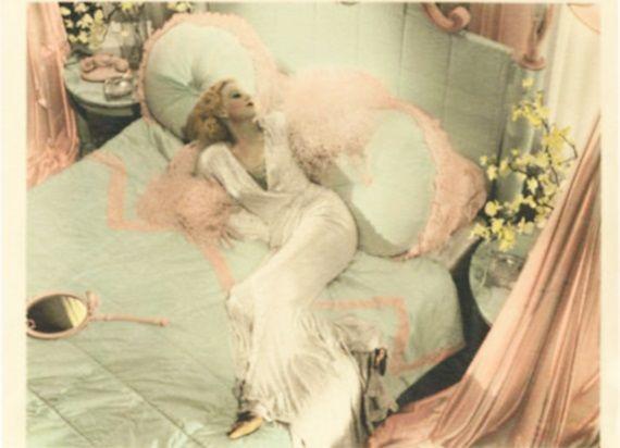 """Piękna, kusząca femme fatale. Pokolorowany kadr z filmu """"Kolacja o ósmej"""" (1933)."""