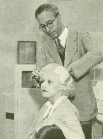 Jean Harlow na fotelu swojego fryzjera. Jego pomysł, by zmienić kolor włosów aktorki na platynowy blond jednocześnie dał jej sławę i prawdopodobnie spowodował śmierć.