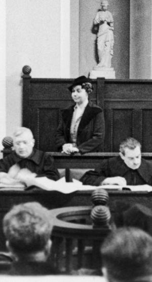 Julia Kucharska na swoim procesie. Nie wygląda jakby czegokolwiek się wstydziła.