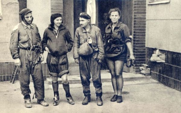 Jeśli powstańcy mieli taką możliwość, dostosowywali swój strój do okoliczności. Na zdjęciu czwórka przewodników po kanałach na odcinku Śródmieście-Mokotów. Panie w krótkich spodniach. Trudno by im było brodzić w zawartości kanałów w innym stroju.