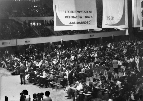"""I Krajowy Zjazd Delegatów NSZZ """"Solidarność"""" odbył się w hali gdańskiej Olivii (fot. Andrzej Friszke, Rewolucja Solidarności, Znak 2014)."""