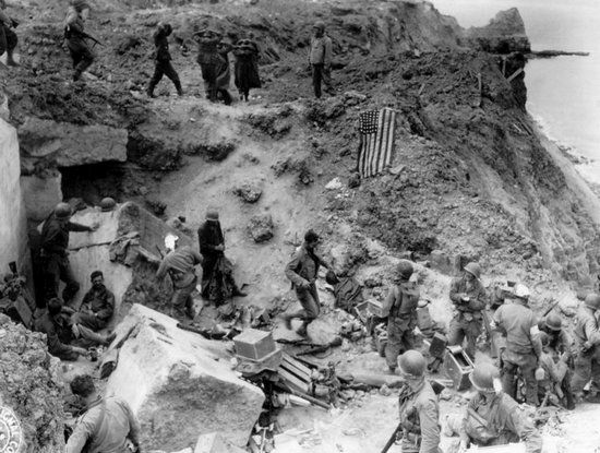 Rangersi i wzięci do niewoli niemieccy obrońcy Pointe du Hoc.