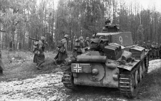 Widoczny na zdjęciu czołg Panzer 38(t) okazał się łatwym celem dla 76-milimetrowego działa KW1 Kołobanowa. Zdjęcie wykonane jesienią 1941 r. w rejonie Leningradu (źródło: Bundesarchiv; lic. CC ASA 3.0).