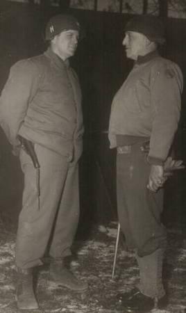 James Rudder (po lewej), to on dowodził rangersami, którzy otrzymali niemal samobójczą misje zdobycia Pointe du Hoc. Na zdjęciu z gen. Normanem Cotą.