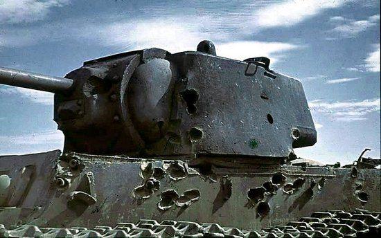 Czołgi KW1 były w stanie znieść naprawdę wiele, co widać na powyższym zdjęciu. Wóz Kołobanowa musiał wyglądać podobnie po otrzymaniu 156 trafień (źródło: Bundesarchiv; lic. CC ASA 3.0).
