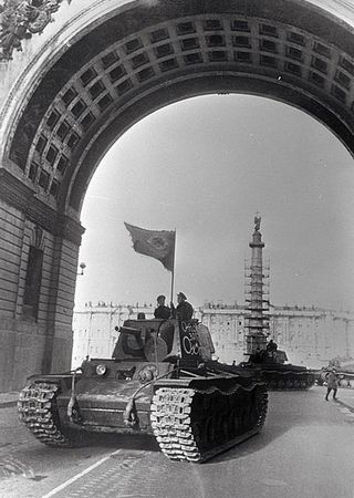 Czołg KW1 wyrusza do walki z Niemcami pod Leningradem. Ciekawe czy i jego załoga zaliczyła jakieś trafienia? (źródło: RIA Novosti archive; lic. CC ASA 3.0).